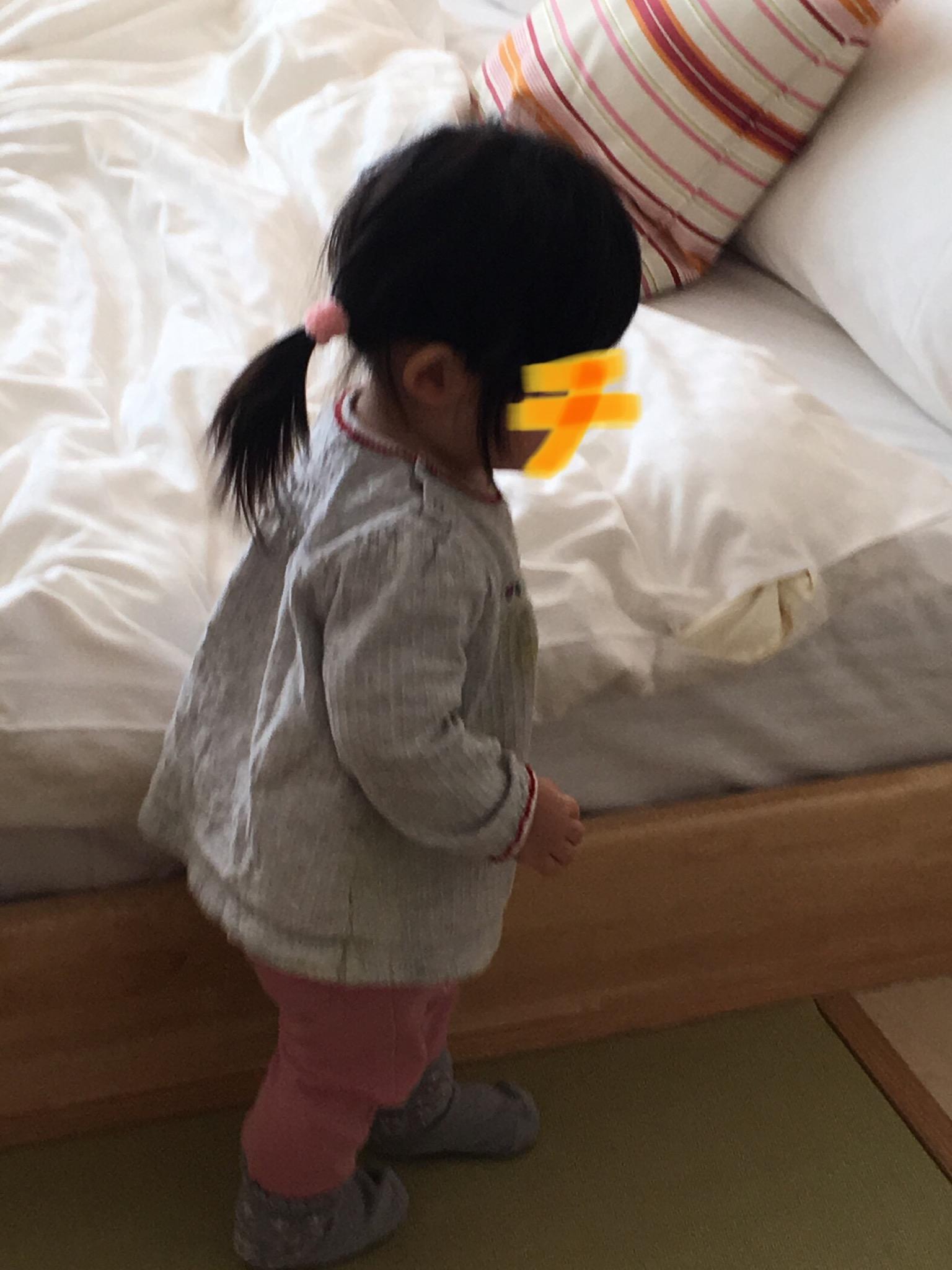 ホテルのベッドと子供