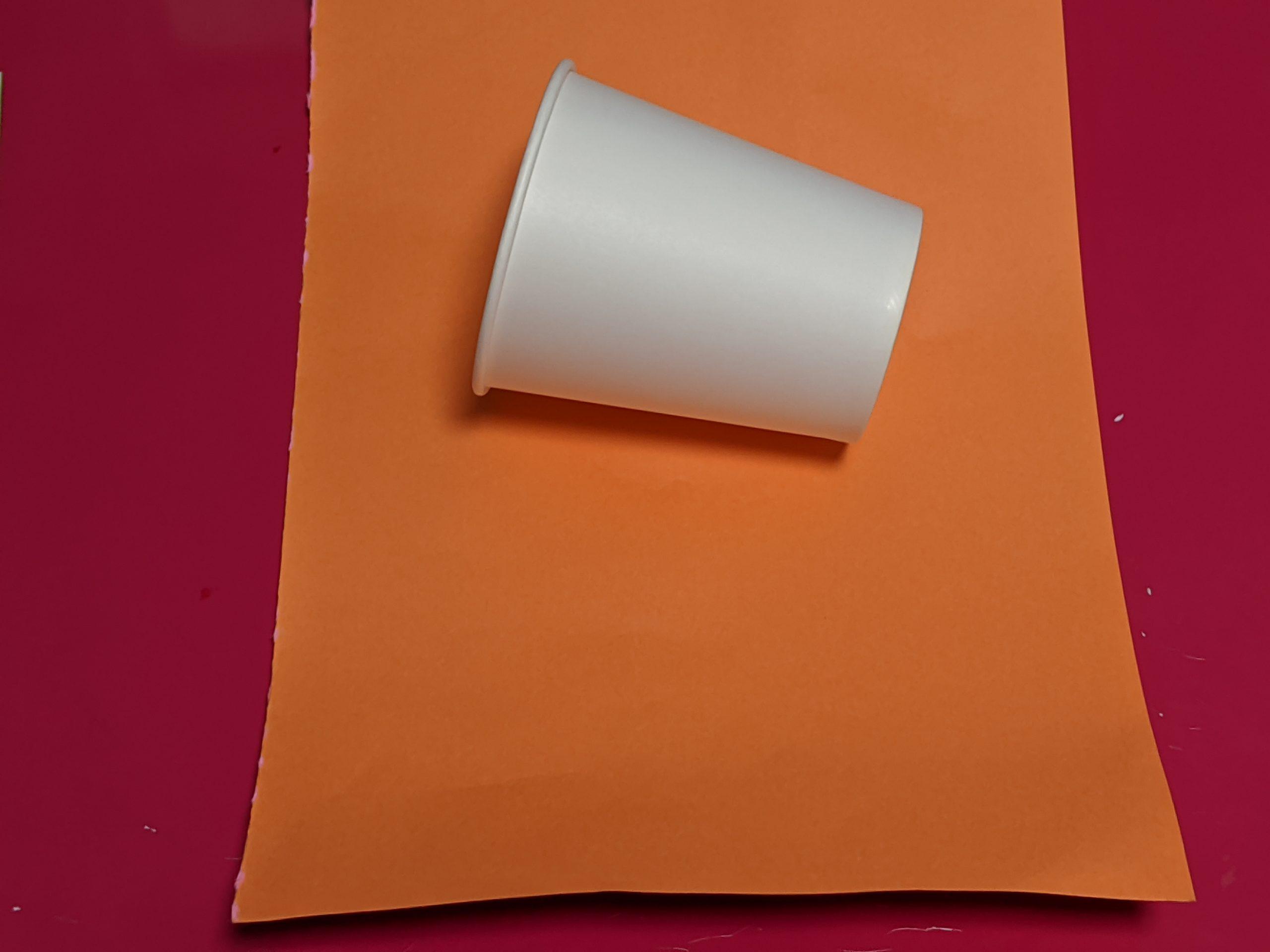 画用紙とカップ