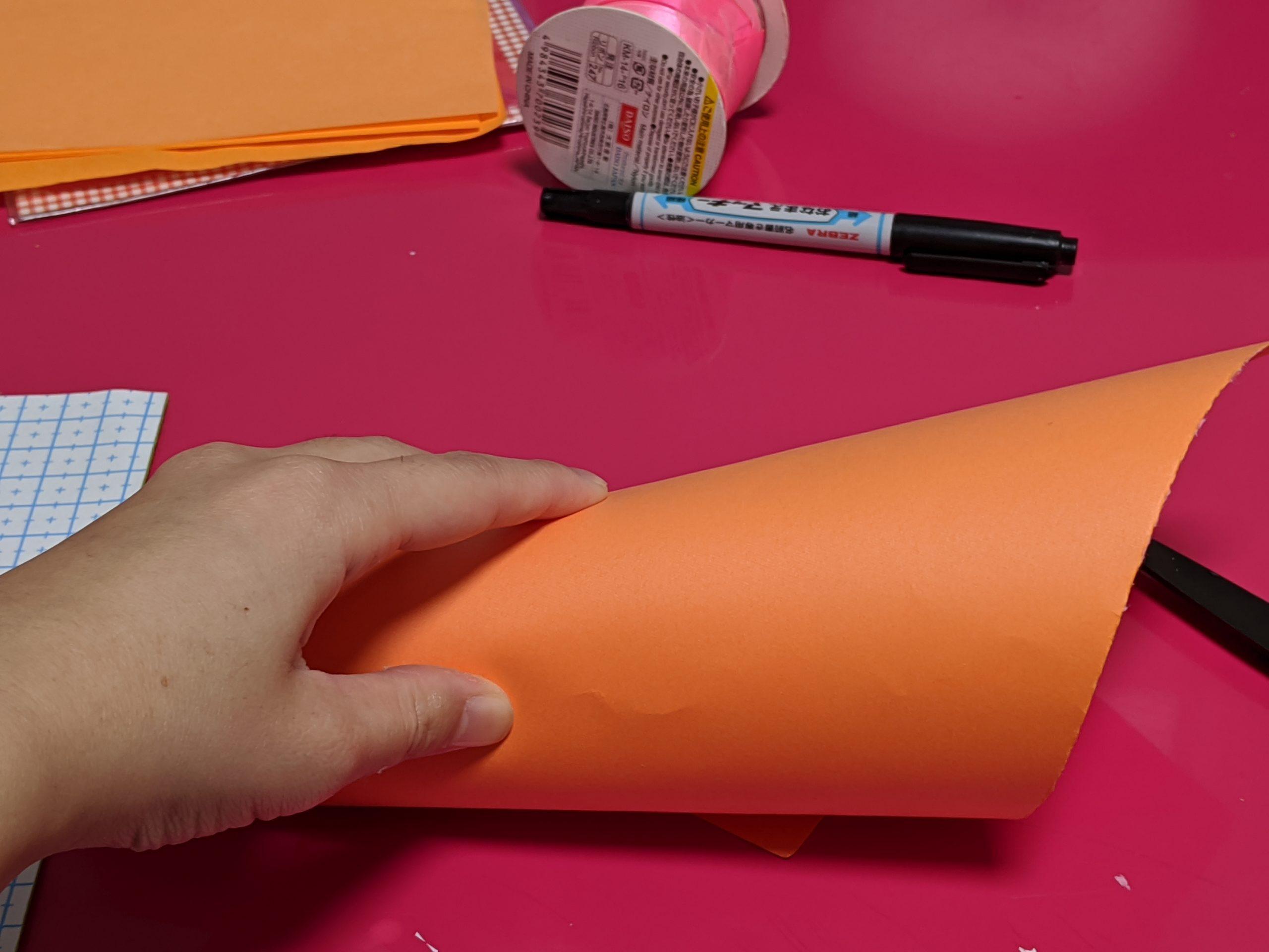 紙コップに画用紙を巻きつける