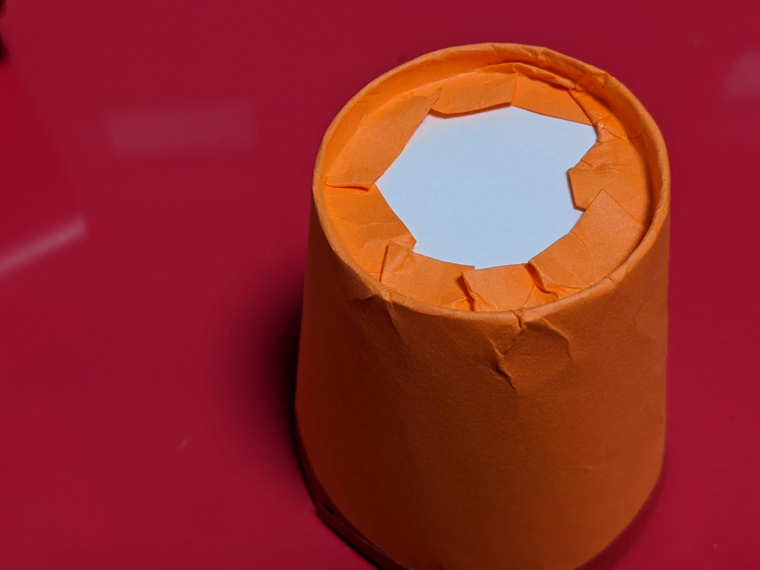 紙コップ裏の画用紙を織り込む