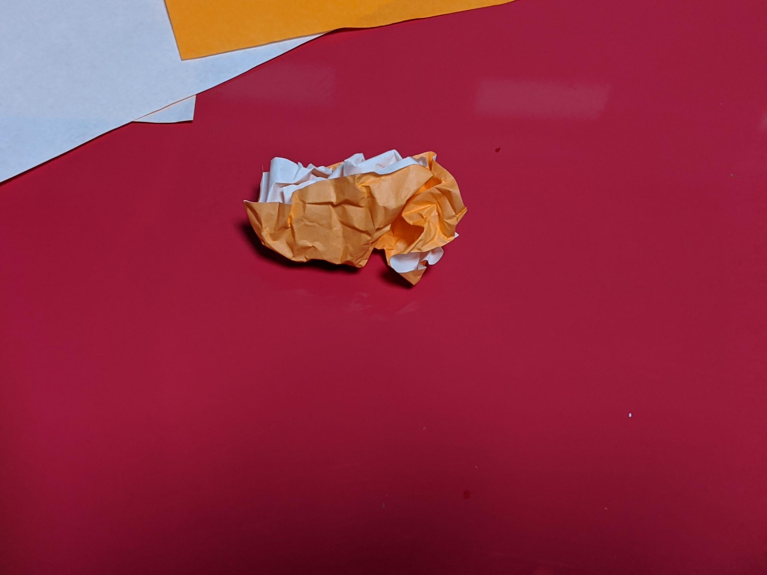 子供が折り紙を丸めたあと