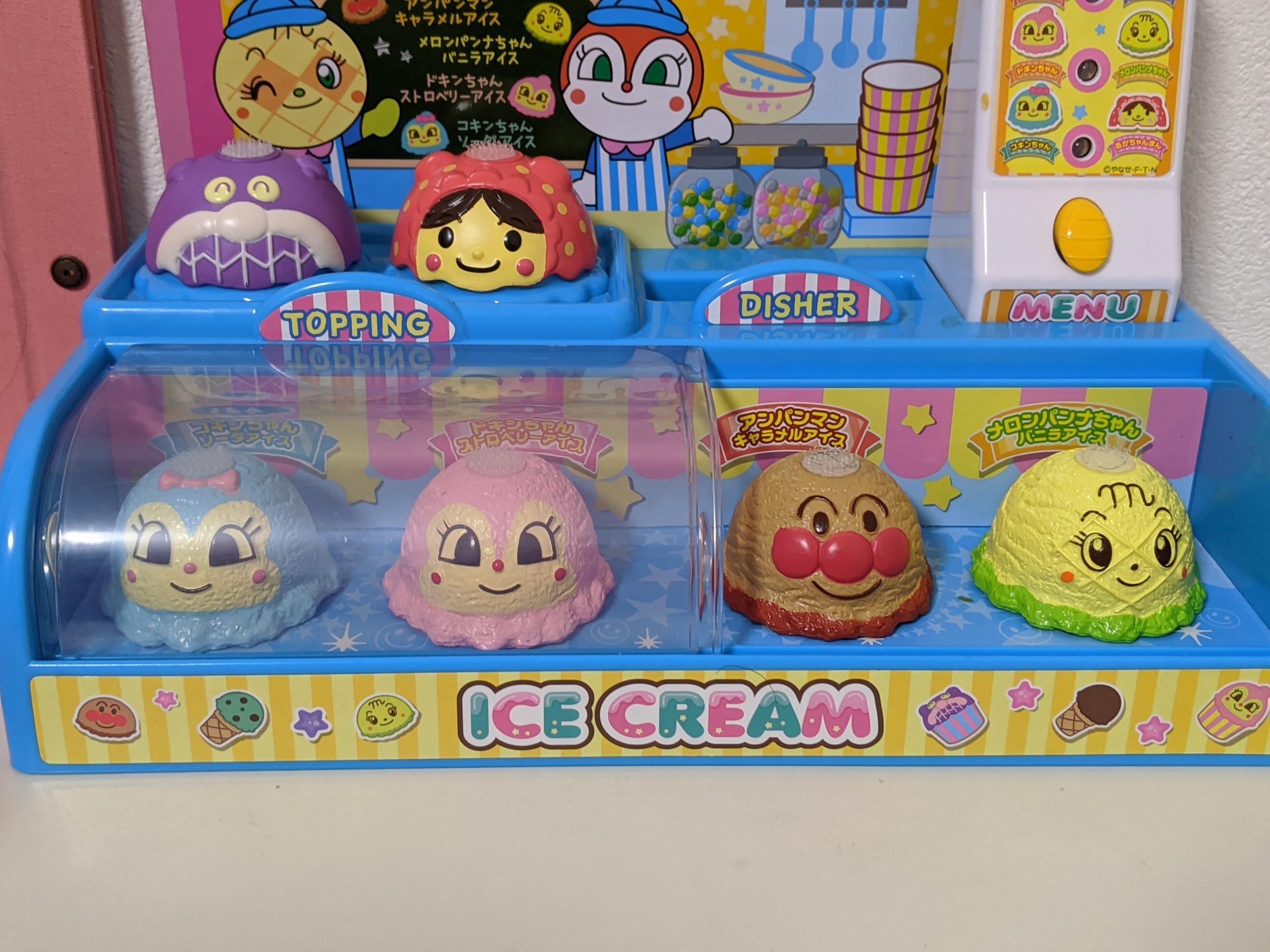 アイスクリームとトッピングの写真