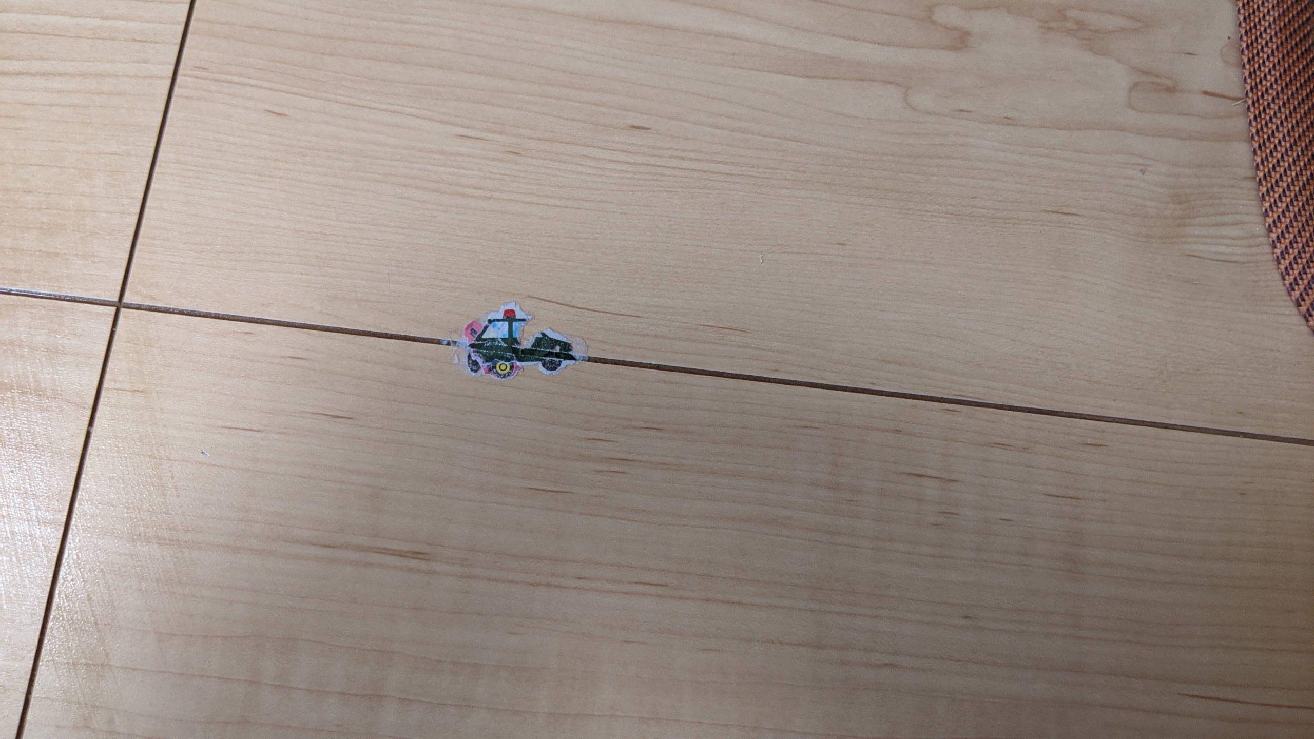 床に貼られたシール