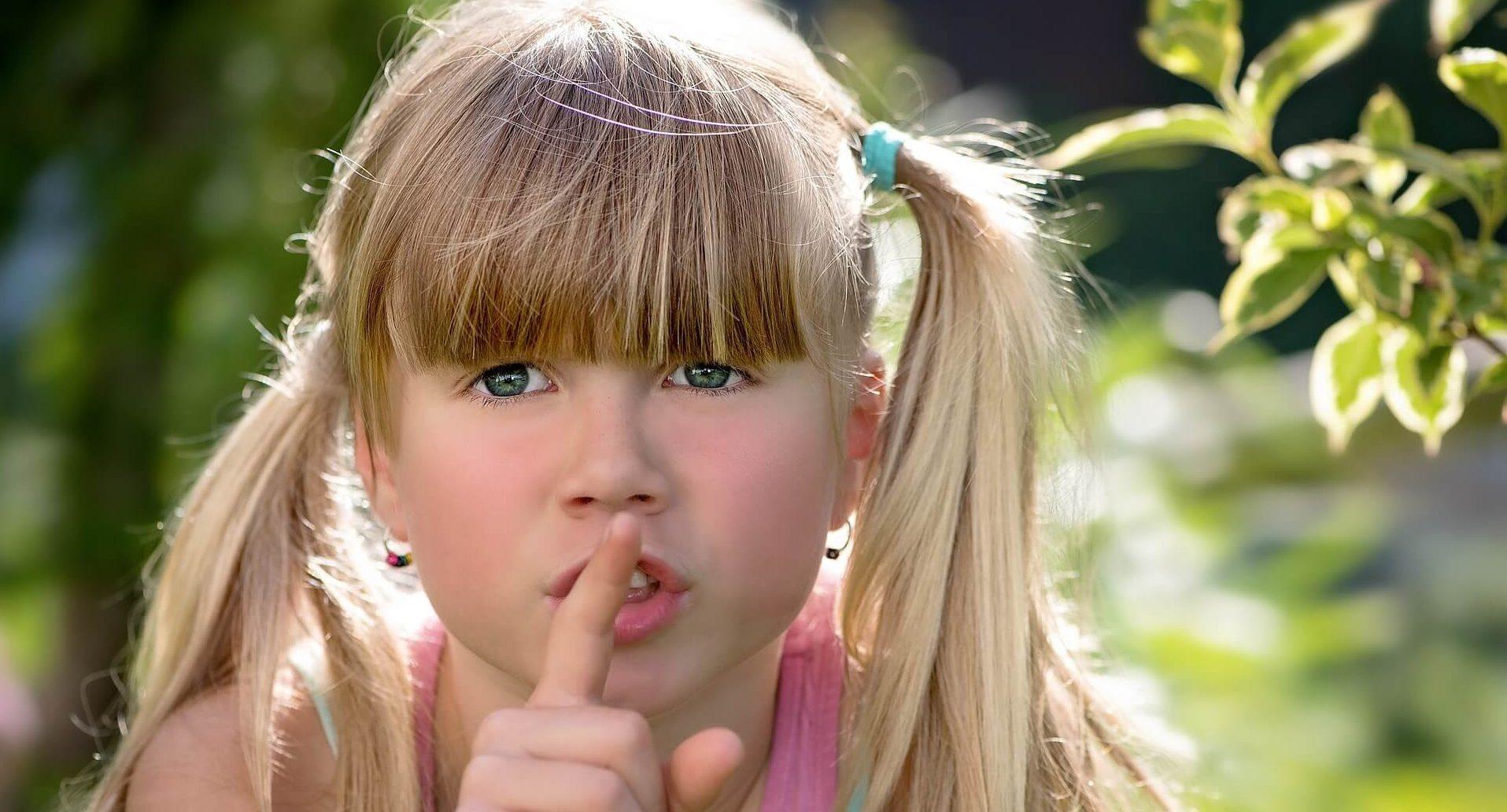 女の子 口に指をあてる